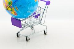 Κάρρο αγορών με τον παγκόσμιο χάρτη για τη λιανική επιχείρηση Χρήση εικόνας για τις σε απευθείας σύνδεση και σε μη απευθείας σύνδ Στοκ Φωτογραφία