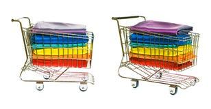 Κάρρο αγορών με το ζωηρόχρωμο μετάξι Στοκ εικόνες με δικαίωμα ελεύθερης χρήσης