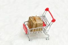 Κάρρο αγορών με το κιβώτιο δώρων στο άσπρο υπόβαθρο Πώληση διακοπών Στοκ Εικόνες