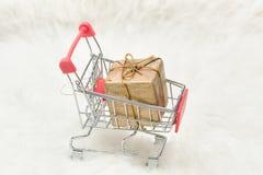 Κάρρο αγορών με το κιβώτιο δώρων στο άσπρο υπόβαθρο Πώληση διακοπών Στοκ φωτογραφία με δικαίωμα ελεύθερης χρήσης