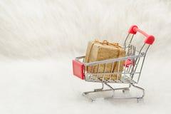 Κάρρο αγορών με το κιβώτιο δώρων στο άσπρο υπόβαθρο Πώληση διακοπών Στοκ φωτογραφίες με δικαίωμα ελεύθερης χρήσης