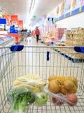 Κάρρο αγορών με το παντοπωλείο στην υπεραγορά στοκ εικόνα με δικαίωμα ελεύθερης χρήσης