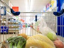 Κάρρο αγορών με το παντοπωλείο στην υπεραγορά στοκ φωτογραφίες με δικαίωμα ελεύθερης χρήσης