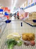 Κάρρο αγορών με το παντοπωλείο στην υπεραγορά στοκ φωτογραφίες