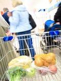 Κάρρο αγορών με το παντοπωλείο στην υπεραγορά στοκ φωτογραφία με δικαίωμα ελεύθερης χρήσης