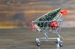 Κάρρο αγορών με το χριστουγεννιάτικο δέντρο και τη διακόσμηση Χριστουγέννων Στοκ Εικόνες