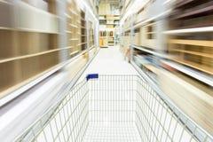 Κάρρο αγορών στην υπεραγορά με την κίνηση θαμπάδων Στοκ Εικόνα