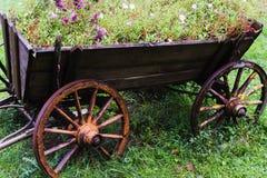 Κάρρο αλόγων - δοχείο των λουλουδιών Στοκ εικόνες με δικαίωμα ελεύθερης χρήσης