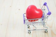 Κάρρο και καρδιά αγορών Στοκ Φωτογραφίες