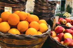 Κάρρο προμηθευτών αγοράς με τα ποικίλα φρούτα στα ψάθινα καλάθια στοκ φωτογραφίες