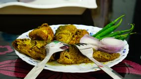 κάρρυ ψαριών, κρεμμύδι, τσίλι σε ένα πιάτο στο να δειπνήσει πίνακα Στοκ φωτογραφία με δικαίωμα ελεύθερης χρήσης