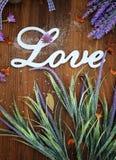 Κάρτα λέξης αγάπης με το αναδρομικά ξύλινα υπόβαθρο και lavender Στοκ εικόνες με δικαίωμα ελεύθερης χρήσης