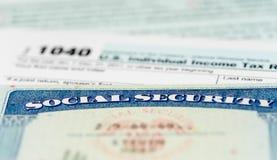 Κάρτα ΑΜΕΡΙΚΑΝΙΚΗΣ κοινωνικής ασφάλισης στους υπολογισμούς του φόρου για την αποχώρηση στοκ εικόνες