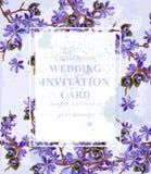 Κάρτα γαμήλιας πρόσκλησης με το πορφυρό διάνυσμα λουλουδιών Όμορφο ντεκόρ πλαισίων διανυσματική απεικόνιση