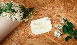 Κάρτα γενεθλίων με την ανθοδέσμη από τα άσπρα λουλούδια και τα πράσινα φύλλα, Γ Στοκ Εικόνες