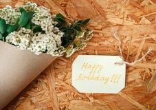 Κάρτα γενεθλίων με την ανθοδέσμη από τα άσπρα λουλούδια και τα πράσινα φύλλα, Ρ Στοκ φωτογραφία με δικαίωμα ελεύθερης χρήσης