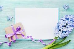 Κάρτα διακοπών ημέρας μητέρων με το κενό σημειωματάριο για το κείμενο χαιρετισμού, το δώρο ή το παρόν κιβώτιο και τη φρέσκια τοπ  στοκ εικόνες με δικαίωμα ελεύθερης χρήσης
