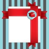 Κάρτα δώρων χαιρετισμών διακοπών που τυλίγεται στην κόκκινη κορδέλλα Στοκ Εικόνες