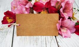 Κάρτα εγγράφου με τα λουλούδια alstroemeria Στοκ φωτογραφίες με δικαίωμα ελεύθερης χρήσης