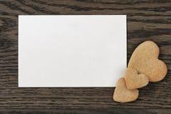 Κάρτα εγγράφου με τα μπισκότα καρδιών Στοκ εικόνες με δικαίωμα ελεύθερης χρήσης