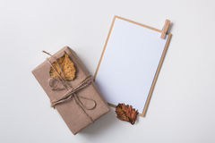 Κάρτα εγγράφου με το κιβώτιο δώρων τεχνών Στοκ Φωτογραφία
