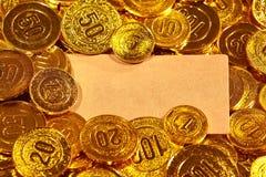 Κάρτα εγγράφου της Kraft στο χρυσό σωρό νομισμάτων Στοκ Φωτογραφίες