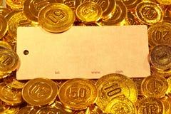 Κάρτα εγγράφου της Kraft στο χρυσό σωρό νομισμάτων Στοκ φωτογραφία με δικαίωμα ελεύθερης χρήσης