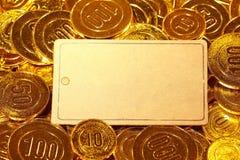 Κάρτα εγγράφου της Kraft στο χρυσό σωρό νομισμάτων Στοκ Εικόνα