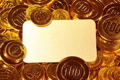 Κάρτα εγγράφου της Kraft στο χρυσό σωρό νομισμάτων Στοκ εικόνα με δικαίωμα ελεύθερης χρήσης