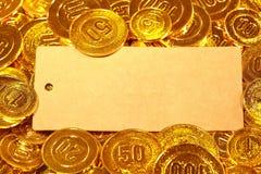 Κάρτα εγγράφου της Kraft στο χρυσό σωρό νομισμάτων Στοκ Εικόνες