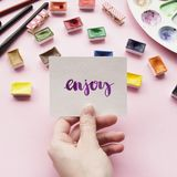 Κάρτα εκμετάλλευσης χεριών κοριτσιών ` s με τη λέξη Στοκ εικόνες με δικαίωμα ελεύθερης χρήσης
