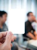 Κάρτα εκμετάλλευσης χεριών στη σοβαρή συνεδρίαση Στοκ Εικόνα