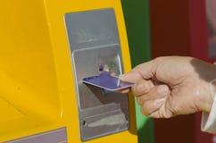 Κάρτα ενθέτων ATM χεριών Στοκ Εικόνες