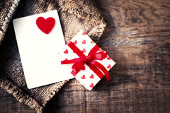 Κάρτα ημέρας βαλεντίνων με τα κιβώτια δώρων και τις καρδιές, κενό άσπρο αυτοκίνητο Στοκ Εικόνα