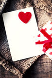 Κάρτα ημέρας βαλεντίνων με τα κιβώτια δώρων και τις καρδιές, κενό άσπρο αυτοκίνητο Στοκ εικόνα με δικαίωμα ελεύθερης χρήσης