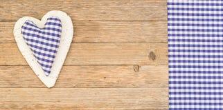 Κάρτα ημέρας πατέρων ` s με την μπλε καρδιά στο ξύλινο υπόβαθρο με το διάστημα αντιγράφων Στοκ Εικόνες