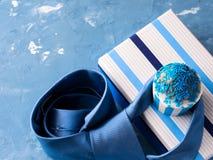 Κάρτα ημέρας πατέρων ` s με το κιβώτιο δώρων και το κέικ φλυτζανιών, δεσμός Στοκ Φωτογραφία
