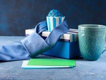 Κάρτα ημέρας πατέρων ` s με το κιβώτιο δώρων και το κέικ φλυτζανιών, δεσμός Στοκ φωτογραφίες με δικαίωμα ελεύθερης χρήσης