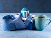 Κάρτα ημέρας πατέρων ` s με το κιβώτιο δώρων και το κέικ φλυτζανιών, δεσμός Στοκ Εικόνα