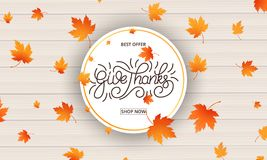 Κάρτα ημέρας των ευχαριστιών Δώστε την καλλιγραφία ευχαριστιών και τα μειωμένα φύλλα φθινοπώρου στο ξύλινο υπόβαθρο Έμβλημα ημέρα Στοκ Εικόνες