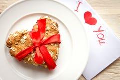 Κάρτα και μπισκότο ημέρας βαλεντίνου στοκ εικόνα με δικαίωμα ελεύθερης χρήσης