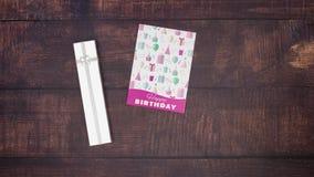 Κάρτα και παρόν γενεθλίων στο ξύλινο υπόβαθρο απόθεμα βίντεο