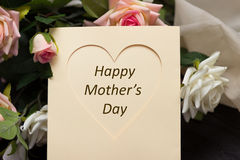 Κάρτα καρδιών ημέρας μητέρων με τα αγροτικά τριαντάφυλλα στον ξύλινο πίνακα Στοκ εικόνες με δικαίωμα ελεύθερης χρήσης