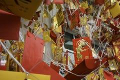 Κάρτα με την εικόνα ενός πιθήκου που κρεμά σε ένα χριστουγεννιάτικο δέντρο TET που έρχεται σύντομα κινεζικό νέο έτος Στοκ Εικόνες