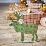 Κάρτα με τη χρυσή εορταστική διακόσμηση Πράσινες άλκες, σφαίρα Χριστουγέννων Στοκ Φωτογραφίες