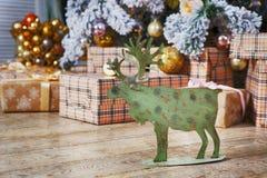Κάρτα με τη χρυσή εορταστική διακόσμηση Πράσινες άλκες, σφαίρα Χριστουγέννων, Στοκ φωτογραφίες με δικαίωμα ελεύθερης χρήσης