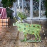 Κάρτα με τη χρυσή εορταστική διακόσμηση Πράσινες άλκες, σφαίρα Χριστουγέννων, Στοκ Φωτογραφίες
