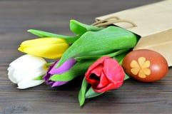 Κάρτα Πάσχας: Αυγά Πάσχας που χρωματίζονται με το κρεμμύδι και τις τουλίπες Στοκ Εικόνες