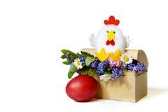 Κάρτα Πάσχας: Κοτόπουλο Πάσχας, λουλούδια άνοιξη και αυγό Πάσχας που απομονώνονται στο λευκό Στοκ εικόνες με δικαίωμα ελεύθερης χρήσης