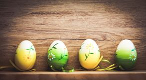 κάρτα Πάσχας με τα αυγά και ιτιά γατών στο αγροτικό ξύλινο backgrou Στοκ φωτογραφία με δικαίωμα ελεύθερης χρήσης